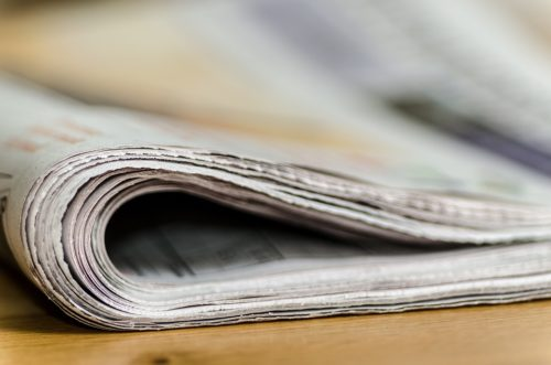 Hoe te om een daterende krantekop te kiezen